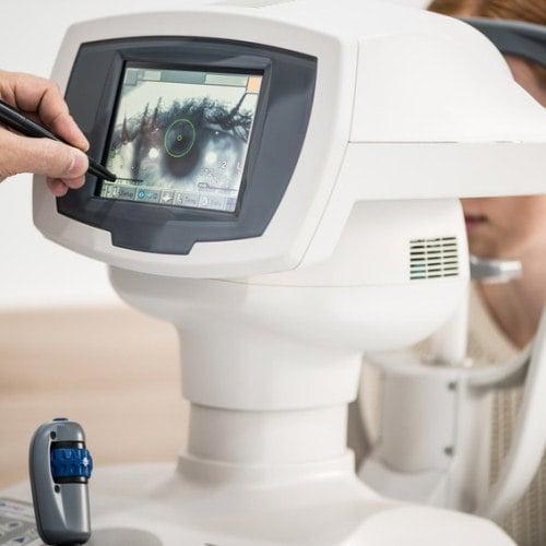 Funktioniert ein Wimpernserum - Augenheilkunde Untersuchung Wissenschaftler