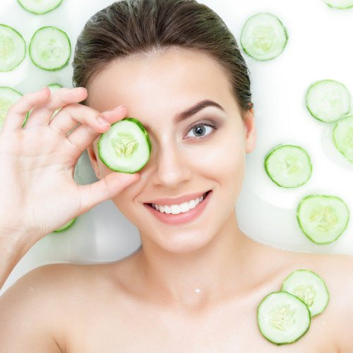 Cucumbers and other home remedies against puffy eyes