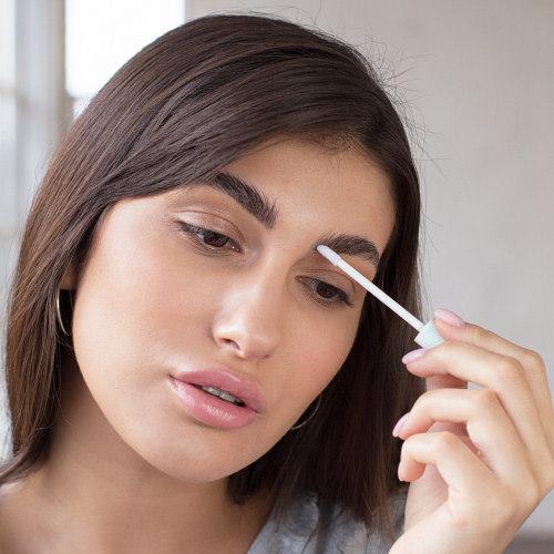 Aplicación correcta del sérum para cejas